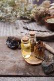 有乳化液、石头和木细节的瓶 隐密,神秘,占卜和wicca概念 神秘,老药商 免版税图库摄影