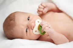 有乳头纵向的逗人喜爱的婴孩 免版税库存图片