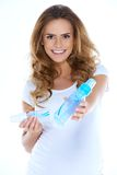 有乳瓶的逗人喜爱的新preganant妇女 免版税库存照片
