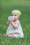有乳瓶的婴孩 免版税库存图片