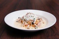 有乳脂状的阿尔弗雷德的意大利面团意粉调味,蘑菇和 图库摄影