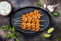 有乳脂状的鲕梨大蒜香菜的烤辣石灰虾串调味 顶视图,顶上,平的位置,拷贝空间 免版税库存图片