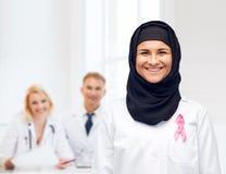 有乳腺癌了悟丝带的回教医生 免版税库存照片
