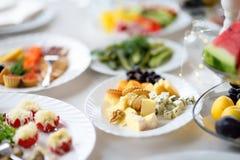 有乳酪的分类的开胃菜/快餐板材 图库摄影