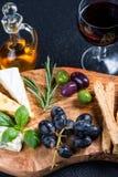 有乳酪选择的土气委员会,塔帕纤维布称呼开胃菜 免版税库存图片