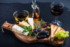 有乳酪选择的土气委员会,塔帕纤维布称呼开胃菜 库存图片