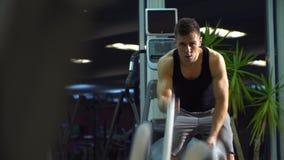 有争斗的人在功能训练健身健身房系住 年轻逗人喜爱的模型 股票录像