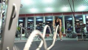 有争斗的人在功能训练健身健身房系住 年轻逗人喜爱的模型 影视素材