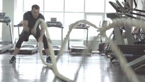 有争斗的人在功能训练健身健身房系住 股票视频