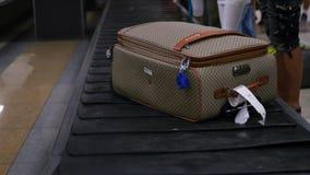 有事的一个手提箱在行李附近移动在机场 HD 免版税库存照片