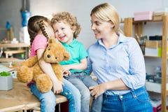 有二个孩子的愉快的母亲 免版税库存照片