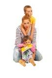 有二个孩子的愉快的母亲 图库摄影