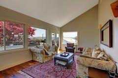 有二个沙发和红色地毯的大客厅。 免版税库存图片