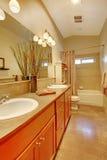 有二个空白水槽和槭树机柜的卫生间 图库摄影