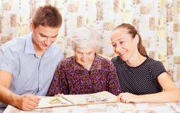 有二孙的年长妇女 库存照片