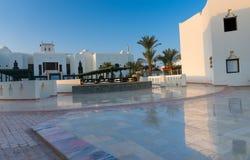 有二层楼的房子的旅馆与白色墙壁的аrabic样式的 库存照片