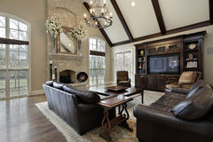 有二层的石壁炉的家庭娱乐室 库存图片