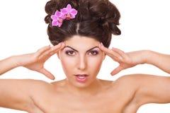 有二朵花兰花的妇女在头发 库存照片