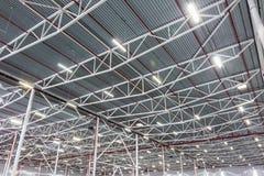 有二极管照明设备的天花板灯在一个现代仓库里 免版税库存图片