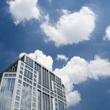 有云彩反射的摩天大楼 免版税库存图片