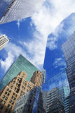 有云彩反射的摩天大楼 库存图片