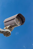 有云彩和天空的安全监控相机CCTV 免版税库存照片