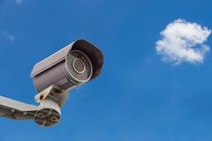有云彩和天空的安全监控相机CCTV 库存图片