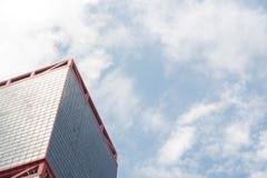 有云彩和蓝天的现代营业所摩天大楼在中央在香港 图库摄影