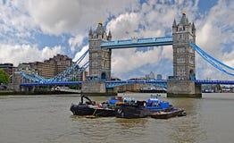 有云彩和金丝雀码头的塔桥梁 库存图片