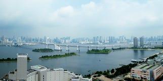 有云彩的东京彩虹桥在天空 免版税库存图片