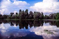 有云彩的反射的Dal湖 图库摄影