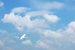 有云彩的商业转换型飞机 免版税库存图片