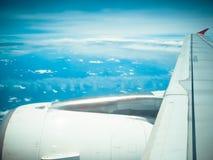 有云彩的喷气机翼视图 库存图片