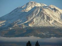 有云彩的挂接Shasta 免版税库存照片