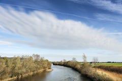 有云彩的河Loisach在巴伐利亚 库存照片