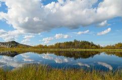 有云彩的湖 图库摄影