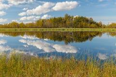 有云彩的湖 免版税库存图片