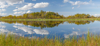 有云彩的湖 库存图片