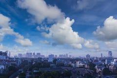 有云彩的现代城市 免版税库存图片
