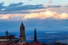 有云彩的老英王乔治一世至三世时期ortodox教会在背景,西尼亚中 库存图片