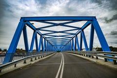 有云彩的蓝色金属桥梁在背景中 图库摄影