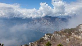 有云彩的风景全景在Garda湖,威尼托的山背景地区,意大利 免版税库存照片