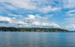 有云彩的3绸缎商海岛 免版税库存图片