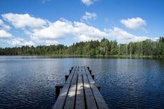 有云彩的Country湖 免版税库存照片