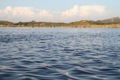 有云彩的Kallar Kahar湖 免版税库存照片