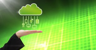 有云彩象和垂悬的连接设备和绿色矩阵技术背景的手 库存照片