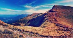 有云彩风景的意想不到的山全景 库存照片