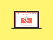 有互联网博克的膝上型计算机在屏幕上 免版税库存图片