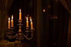 有五个灼烧的蜡烛的金属减速火箭的烛台 免版税库存照片