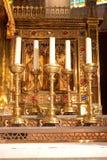 有五个蜡烛的金黄法坛 免版税库存图片